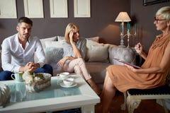 Psykolog som lyssnar om problem i partnerskap royaltyfri fotografi