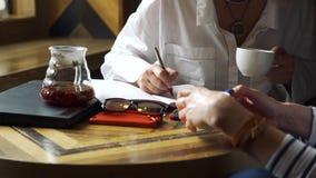 Psykolog Taking Notes under tålmodigt samtal arkivfilmer