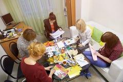 Psykologigrupper för en grupp av kvinnor som använder teckningstekniker Royaltyfri Foto