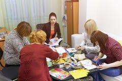 Psykologigrupper för en grupp av kvinnor som använder teckningstekniker Royaltyfri Fotografi