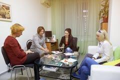 Psykologigrupper för en grupp av kvinnor som använder teckningstekniker Royaltyfria Foton
