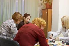 Psykologigrupper för en grupp av kvinnor som använder teckningstekniker Arkivfoto