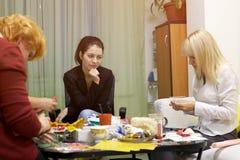 Psykologigrupper för en grupp av kvinnor som använder teckningstekniker Arkivbild