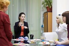 Psykologigrupper för en grupp av kvinnor som använder teckningstekniker Royaltyfri Bild