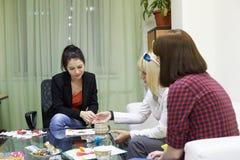 Psykologigrupper för en grupp av kvinnor som använder teckningstekniker Arkivbilder