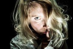 Psykopatkvinna som frågar för tystnad royaltyfri foto
