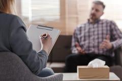 Psykoterapeut som analyserar tålmodigt problem för ` s arkivbild