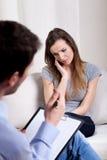 Psykoterapeut som lyssnar om tålmodiga problem Royaltyfri Foto