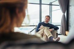 Psykoterapeut som lyssnar till frågor av patienten royaltyfria foton