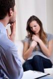 Psykoterapeut som tänker om diagnos Royaltyfri Fotografi