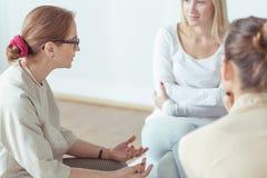 Psykoterapeut som talar med stödgruppen Arkivbild