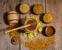 Pszczelarki ` s wciąż życie na drewnianym tle Fotografia Royalty Free