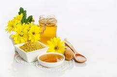 Pszczelarki ` s wciąż życie z żółtymi kwiatami Obrazy Stock