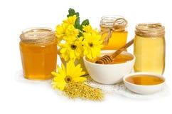 Pszczelarki ` s wciąż życie z żółtymi kwiatami Obraz Stock