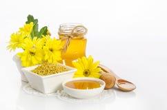 Pszczelarki ` s wciąż życie z żółtymi kwiatami Zdjęcie Stock