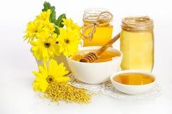 Pszczelarki ` s wciąż życie z kwiatami Obrazy Royalty Free