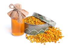 Pszczoły pollen kosze z farmaceutyczną butelką pojedynczy bia?e t?o zdjęcia royalty free