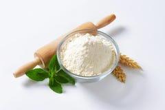 Pszeniczna mąka i toczna szpilka zdjęcia royalty free