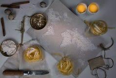 Pszeniczna mąka w postaci światowej mapy Jedzenie, waży rocznika Odgórny widok koszt stały horyzontalny Obrazy Royalty Free