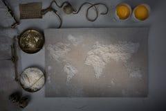Pszeniczna mąka w postaci światowej mapy Jedzenie, waży rocznika Odgórny widok koszt stały horyzontalny Obraz Royalty Free
