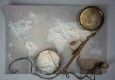 Pszeniczna mąka w postaci światowej mapy Jedzenie, waży rocznika Odgórny widok koszt stały horyzontalny Zdjęcie Stock