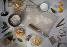 Pszeniczna mąka w postaci światowej mapy karmowy rocznik Odgórny widok koszt stały horyzontalny Fotografia Royalty Free