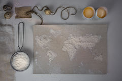 Pszeniczna mąka w postaci światowej mapy karmowy rocznik Odgórny widok koszt stały horyzontalny Obraz Stock