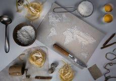 Pszeniczna mąka w postaci światowej mapy karmowy rocznik Odgórny widok koszt stały horyzontalny Zdjęcie Royalty Free