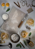 Pszeniczna mąka w postaci światowej mapy karmowy rocznik Odgórny widok koszt stały horyzontalny Obrazy Stock