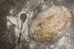 Pszeniczna mąka z świeżą gorącą łyżką i chlebem Obraz Stock
