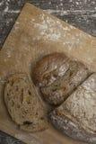 Pszeniczna mąka z świeżym chlebem cutted w plasterki Obrazy Royalty Free