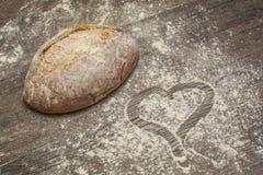 Pszeniczna mąka z świeżym chlebem kształtem serce i Fotografia Royalty Free