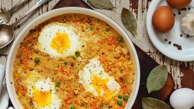 Pszeniczna owsianka z warzywami i jajkami w białej niecce fotografia stock