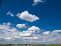 Pszenicznego pola niebieskie niebo Obrazy Royalty Free