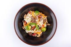 Pszeniczni kluski z pieczarkami i warzywami pod teriyaki kumberlandem, odizolowywającym na białym tle Pszeniczni kluski w czarnym Zdjęcie Stock