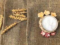 Pszeniczni spikelets słomiany i solankowy potrząsacz z solą na starej brown kanwie, tablecloth Slawistyczny symbol mile widziany  fotografia stock