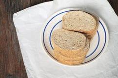 Pszeniczny chleb z otręby na stole zdjęcie stock