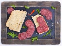Pszeniczny chleb z salami zdjęcia royalty free