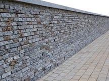 PT-geïsoleerde muur van bakstenen met graniet het bedekken tegels in perspect Royalty-vrije Stock Foto