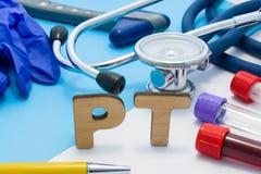 PT Medycznego lab akronim, znaczy protrombina czas w krwi Listy które robią słowu PT, lokalizować blisko próbnych tubk z krwią, s fotografia royalty free