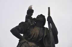 Ptak odpoczywa na ciemnej statui obrazy royalty free
