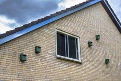 Ptaka dom gniazduje pudełka dla domowego wróbla na budynku w urba Zdjęcia Royalty Free