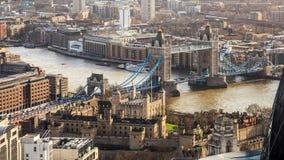 Ptaka oka veiw na wierza Bridżowym i Rzecznym Thames w Londyn zdjęcie stock