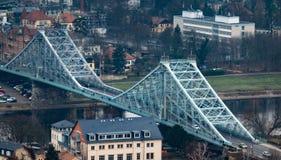 Ptaka oka widok błękitny cud, więcej niż 100 roczniaka stropnicy stalowy most nad Elbe rzeką fotografia royalty free