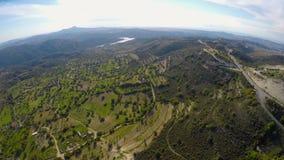 Ptaka oka widok piękny zielony góra krajobraz w Cypr, niebieskie niebo horyzont zbiory wideo