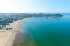 Ptaka oka widok piaskowata plaża morze nadmorski miasteczko przybrzeżne i molo, obraz stock