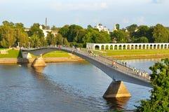 Ptaka oka widok Yaroslav footbridge przez Volkhov rzekę w Veliky Novgorod i podwórze, Rosja Zdjęcia Stock