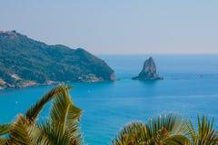 Ptaka s oka widok Palaiokastritsa zatoka w Północnym Corfu Grecja Zatoka z jasną krystaliczną azur wodą Europa wycieczki pojęcie zdjęcia stock