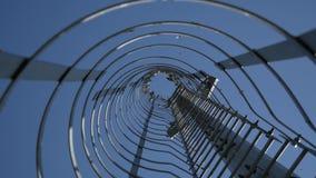 Ptaki na metal strukturze na niebieskiego nieba tle zbiory