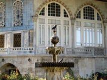 Ptaki w fontannie przed arabskim pałac Obrazy Stock